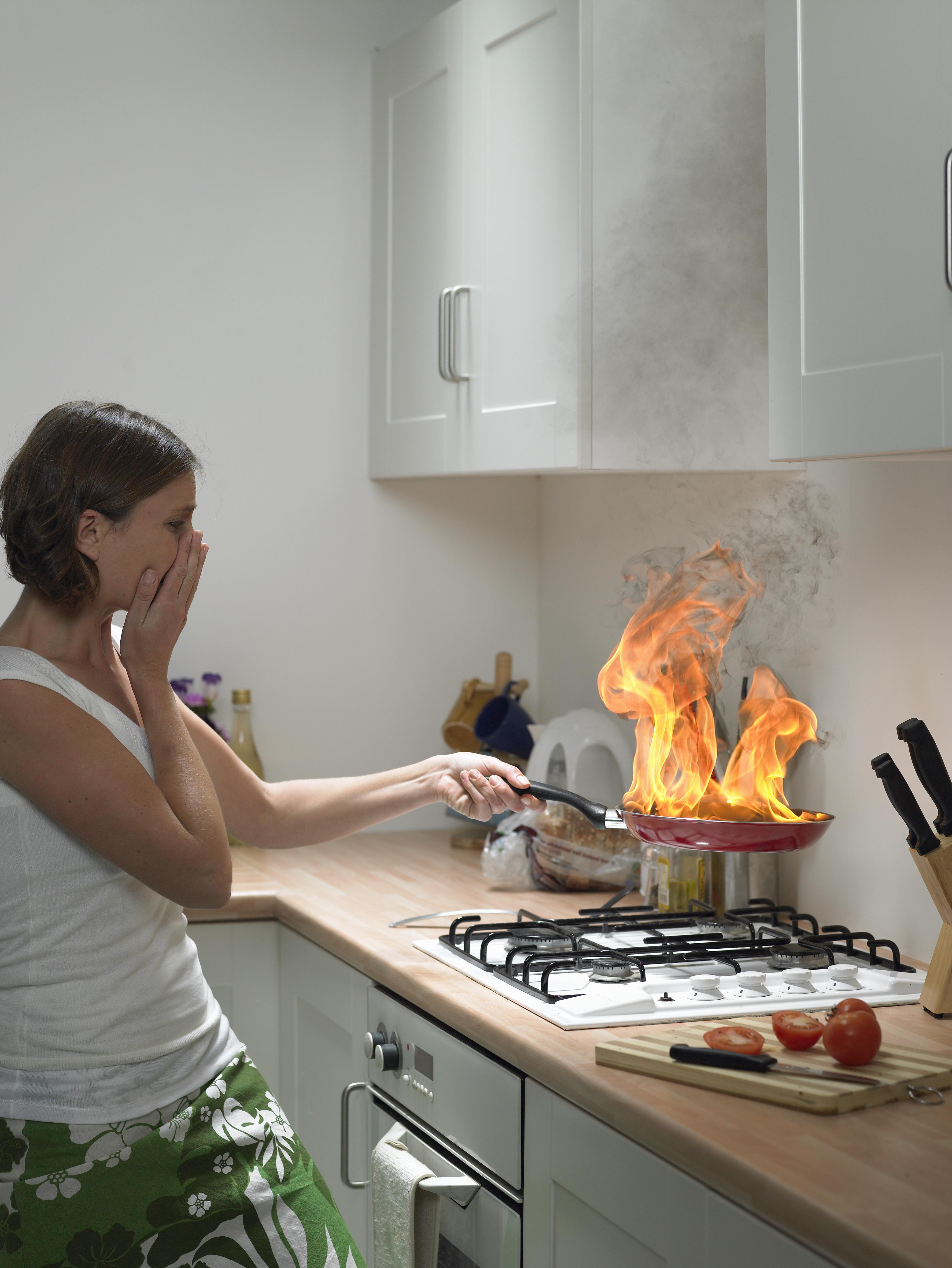 Смешная картинка женщина у плиты